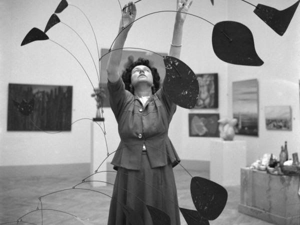 """Dino Jarach, Peggy Guggenheim con l'opera """"Arco di petali"""" di Alexander Calder, Biennale di Venezia, 1948"""