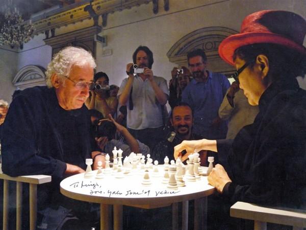 Yoko Ono e Luigi Bonotto giocano a scacchi sulla scacchiera firmata dall'artista (Play it by trust), Venezia, 2009