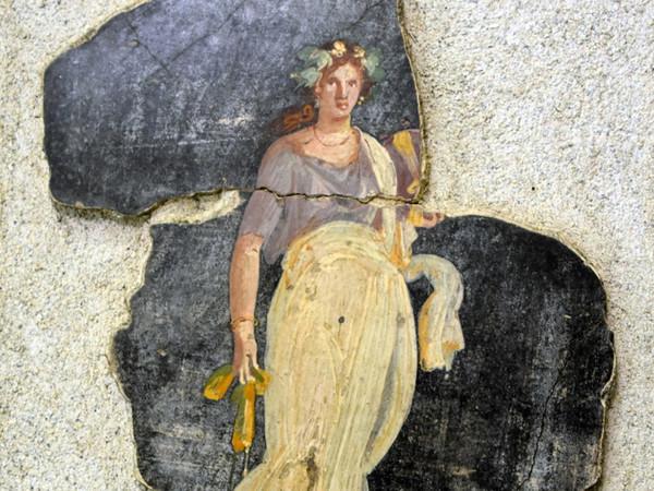 Frammento di affresco con figura femminile coronata d'edera dalle Terme Suburbane di Pompei (I sec. d.C.)