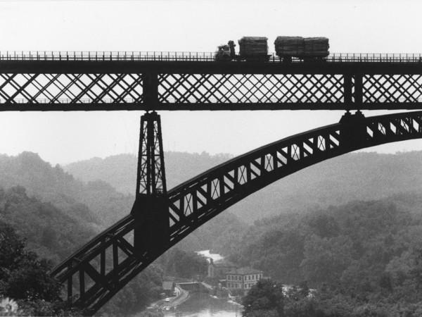 Gianni Berengo Gardin, Ponte di Paderno d'Adda, 1985. Archivio storico fotografico Aem, Fondazione Aem-Gruppo A2A, Milano