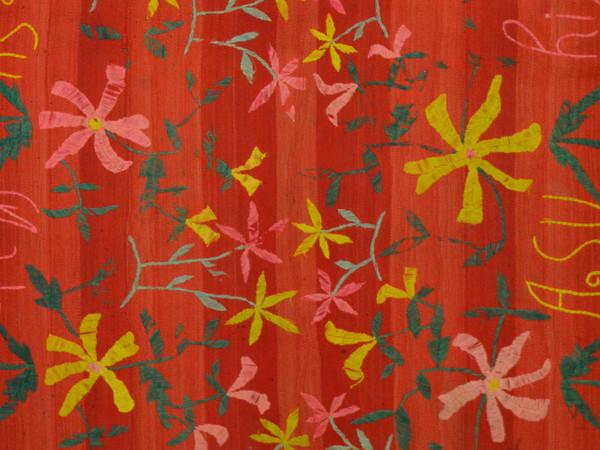 Coperta costituita da due pezze di lana tessute e cucite assieme, Prima metà del XX secolo, Tinture naturali e aniliniche, bayetón (tela piana a faccia di trama), ricamo, Collezione Rocca Bassetti, Museo delle Culture, Milano