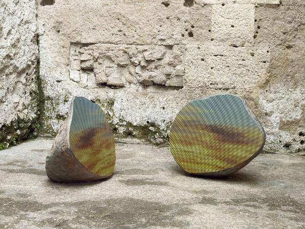 Sarah Sze, <em>Split Stone (7.34)</em>, 2018, granito, acciaio inossidabile, resina, e pigmenti. Installata presso il Museo Nazionale Romano, Crypta Balbi, Roma