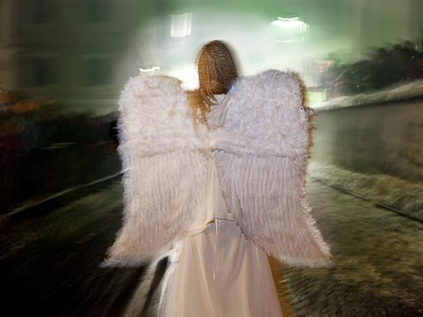 Stefano Torrione, Alto Adige. Un angelo appare improvvisamente nel mezzo del corteo dei Krampus radunatisi a Dobbiaco