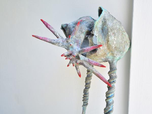 Lorenzo D'Alba, Hull on two horned paws, 2020, cartapesta, jesmonite, smalto acrilico, cemento, 121 x 20 x 41 cm.
