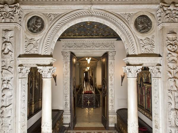 Museo Bagatti Valsecchi, Ingresso colonne