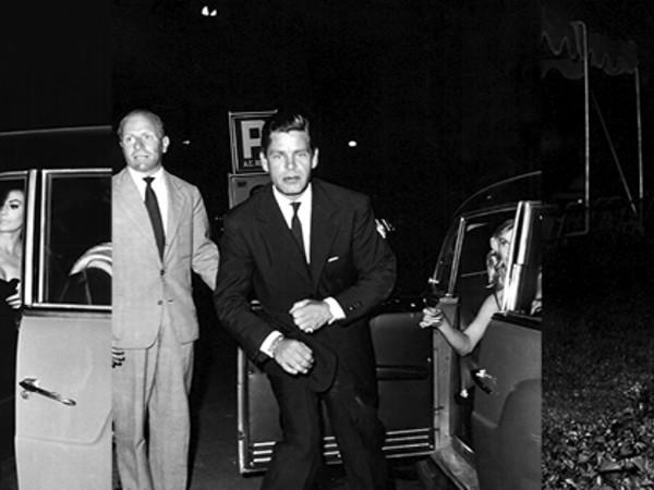 Serie: Tazio Secchiaroli, Anthony Steel si scaglia contro i fotografi. Roma, Agosto 1958