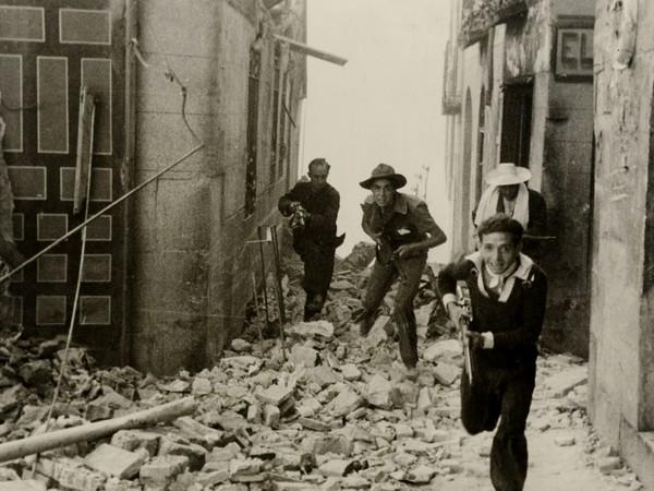 Miliziani all'assalto dell'Alcázar (Palazzo Reale) occupato da forze ribelli dell'esercito durante i primi momenti della ribellione franchista. Toledo (Spagna), 1936