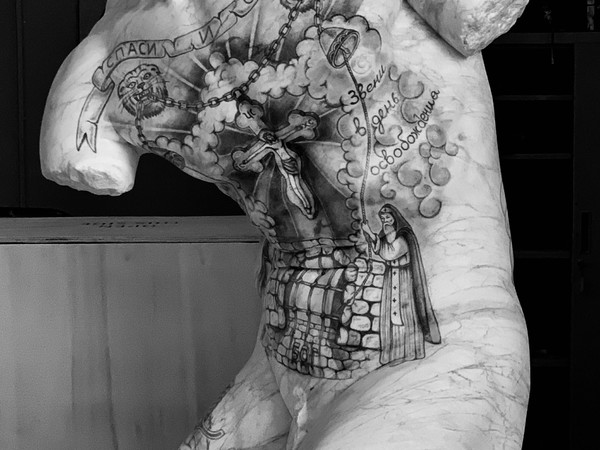 Fabio Viale, Kouros, 2019, marmo bianco e pigmenti, cm. 87x56x51