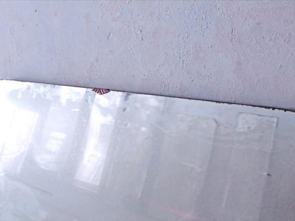 Raffaele Quida, Immagine Logica dei Fatti, particolare dell'installazione ambientale, specchi al mercurio, gesso e grafite 2019, dimensioni variabili