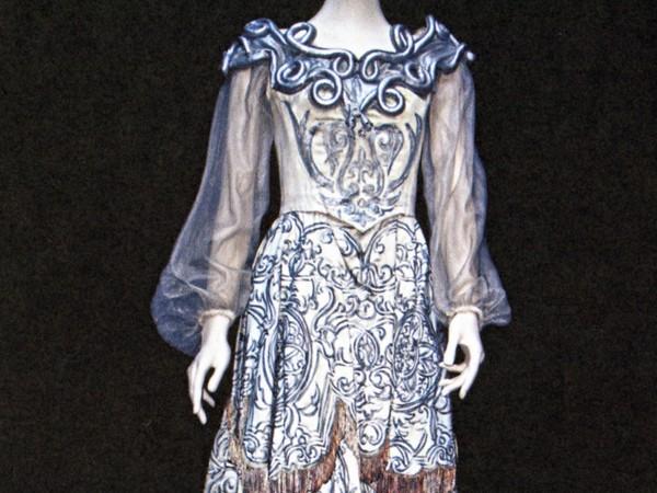 Abito in raso di seta azzurra, decorazione in velluto bianco e perle bianche per Elvira Rizzati nell'Opera <em>Il ritorno di Ulisse in patria</em>,1963-64. Scala di Milano