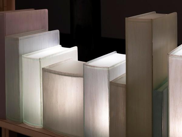 Chiara Dynys, Enlightening Books, 2019, vetro dipinto a mano, luci, legno dimensioni variabili