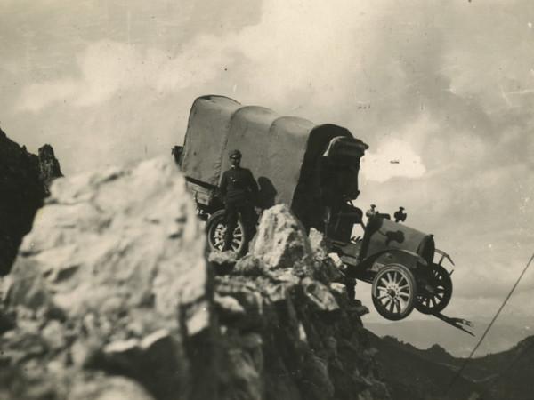 Attilio Prevost, Auto sul ciglio di un dirupo, 12,39x7,59