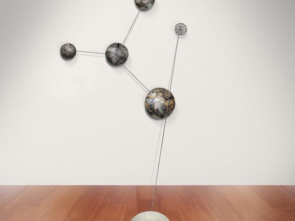 Andrea Cereda, L'ordine delle cose - Cosmo #03, 2018. Installazione, lamiera, filo di ferro, tondino di ferro, granito, grafite, dimensioni variabili