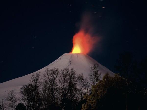 """Vulcano Villarica, Cile, 2860 m.s.l.m. Leggera attività di tipo """"stromboliano"""""""