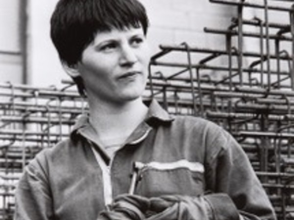 Paola Agosti, Giovane operaia ferraiola in cantiere/Young iron worker, Forlì, 1978