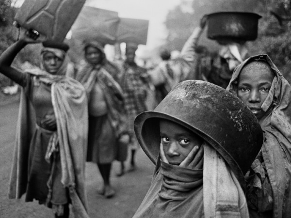 Sebastião Salgado, Water supplies are often far away from the refugee camps. Goma, Zaire. 1994. © Sebastião Salgado / Amazonas Images / Contrasto