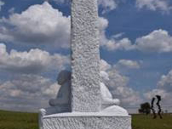 Markus Redl, Stone 146 - Estensione del campo visivo/360°[Hold the Line], 2016-2017, marmo bianco di Carrara, cm. 365x245x215