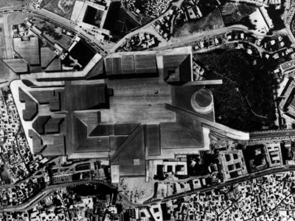 Bureau d'Études De Carlo-Quaroni: Sistemazione della Kasbah di Tunisi, 1969. Fotomontaggio del plastico su veduta area della Kasbah