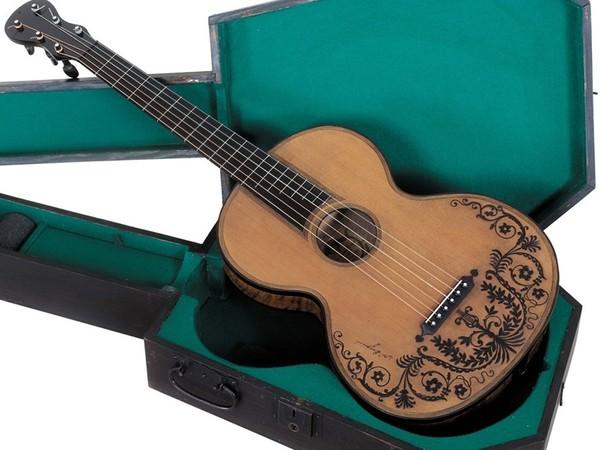 Chitarra di Niccolò Paganini e custodia originale