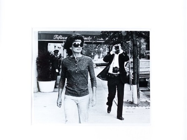 <em>Jackie Kennedy Onassis & Ron Galella</em>, Photo by Joy Smith, 7 Ottobre 1971, Dimensioni: 25.2 x 20.3 cm | Tecnica: Vintage Gelatin Silver Print | Firma: Ron Galella al verso, titolo e data con velina giornalistica