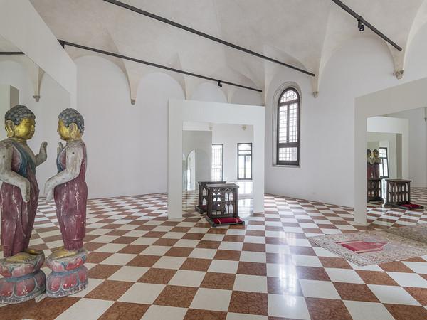 Michelangelo Pistoletto, One and One makes Three, 2017,&nbsp;<span><span>specchio, tappeto, scultura di Buddha, inginocchiatoio.&nbsp;Abbazia di San Giorgio Maggiore and Officina dell&rsquo;Arte Spirituale, Isola di San Giorgio Maggiore, Venezia<br /></span></span> <div><span><strong><br /></strong></span></div> <span><span><strong><br /></strong></span><br /></span><br />