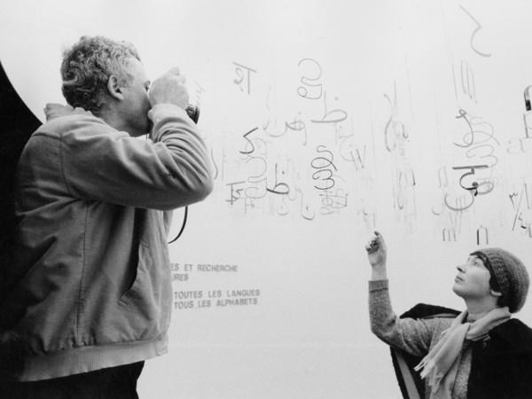 <span>G. Colombo, Ugo Mulas e Gae Aulenti nel box della scrittura, mostra <em>Olivetti formes et recherche</em>, Parigi, Musée des Arts Décoratifs, 20 novembre 1969 - 1 gennaio 1970. Associazione Archivio Storico Olivetti, Ivrea</span>