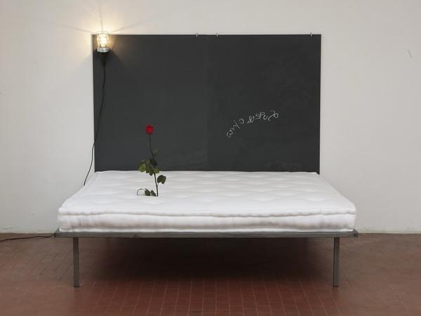 Pier Paolo Calzolari, Senza titolo, 1972-75, letto, lavagna, lampada, rosa, 160 x 180 x 190 cm. Edizioni Multipli - Torino, 15 ex.