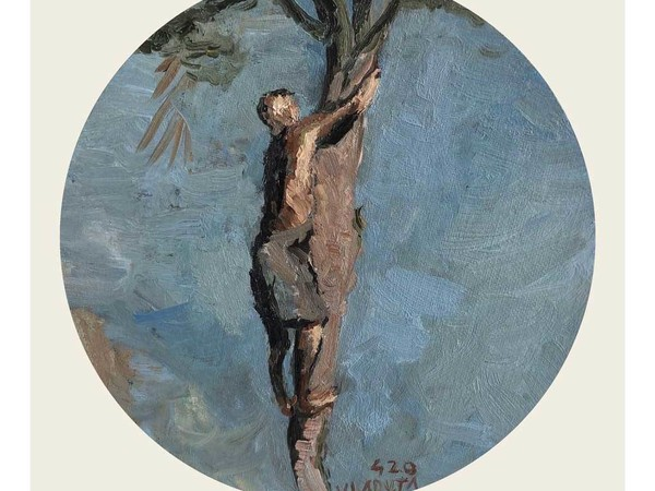 Bogdan Vladuta, Uomo che si arrampica sull' albero, 2020, olio su cartone telato, Ø cm. 20