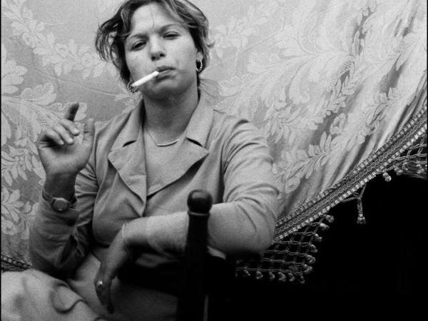 Letizia Battaglia, Donna che fuma, Catania, 1984