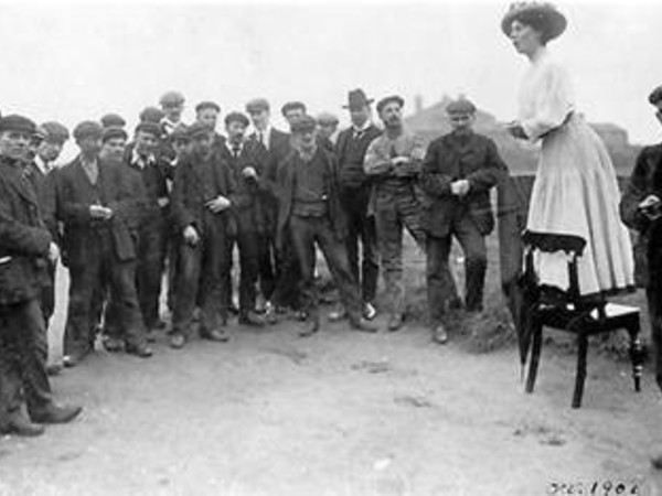 Una Dugdale si rivolge ad un piccola folla di uomini in occasione delle elezioni suppletive di Newcastle. Autore sconosciuto, settembre 1908