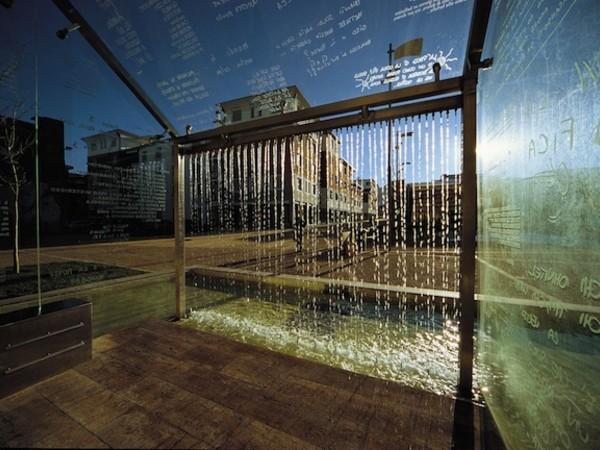 Vittorio Corsini, Le parole scaldano, 2004. Vetro, inox, travertino, bisazza, acqua, cm. 600x500x340