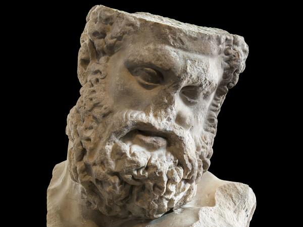 <em>Testa colossale di Ercole in riposo (Tipo Farnese)</em>, Copia marmorea romana della seconda metà del I secolo a.C. di un'opera di Lisippo risalente al 320/310 a.C. circa, Antikenmuseum Basel und Sammlung Ludwig