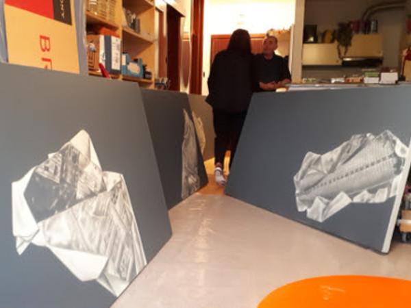 Željko Kipke nel suo studio mentre prepara la mostra