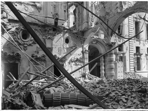 Palazzo Morozzo della Rocca, sede della Camera di Commercio di Torino, in via San Francesco da Paola, dopo i bombardamenti dell'8 dicembre 1942. Torino, Archivio Fotografico della Fondazione Torino Musei