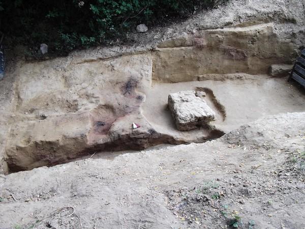 1.L'area di scavo vista da sud-est con il monolite squadrato in primo piano e i livelli combusti