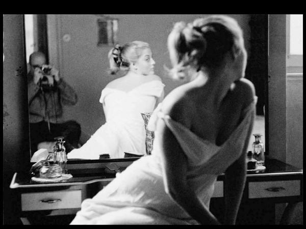 Marcello Dudovich, Ritratto di modella in posa riflessa di spalle con Marcello Dudovich, s.d. (anni Cinquanta), Collezione privata Salvatore Galati