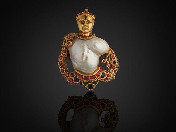 Ciondolo, India, 1575-1625, Perla, oro, diamanti, rubini, smeraldi, zaffiri, vetro, smalto, lacca, 5.2 x 6.6 cm | Courtesy of The Al Thani Collection