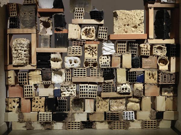 Miquel Barceló, Grand Mur De Têtes, 2016, terracotta e smalti/ earthenware and glazes, dimensioni variabili