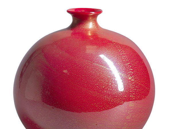 Vaso sferico in pasta vitrea corallo incamiciata cristallo, con applicazione di foglia d'oro. 1929 ca. collezione privata