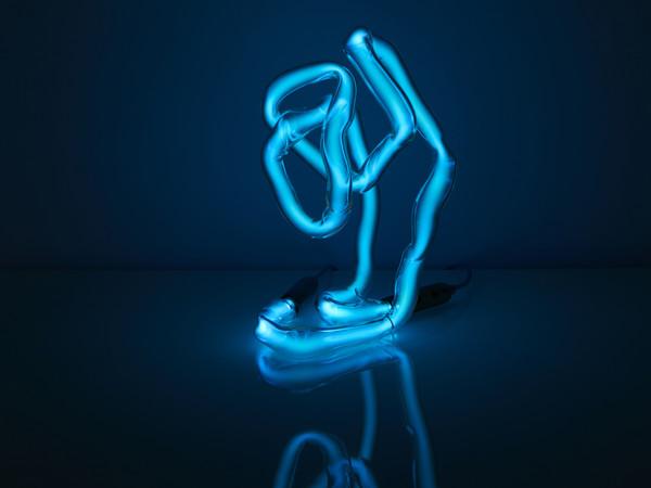 Jochen Holz, <em>Table Lamp</em>, Neon, 2018 | Courtesy of A plus A Gallery, Venezia<br />