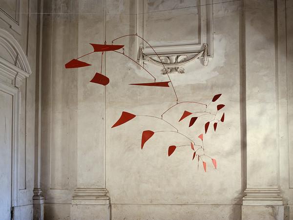 Alexander Calder, Grande Mobile Rosso, 1961, Lamiera e tondino di ferro, 160 x 400 cm, Collezione GAM, Torino | Courtesy of GAM - Galleria Civica d'Arte Moderna e Contemporanea, Torino | Su concessione della Fondazione Torino Muse