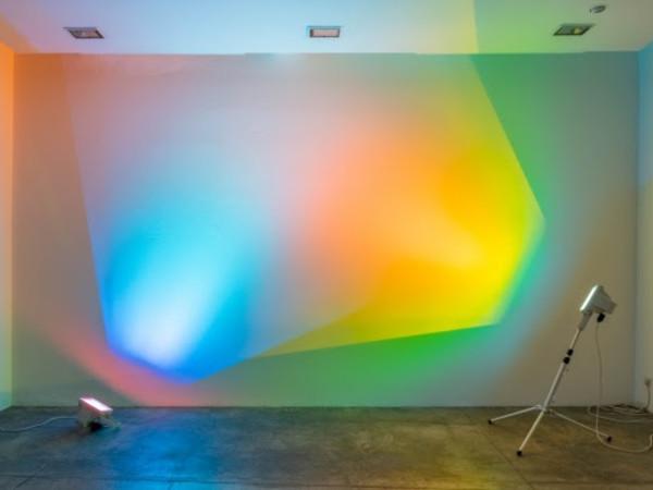 <span>Ann Veronica Janssens,</span><em>Orange sea blue</em><span>, 2005, due lampade alogene, filtro dicroico a colori, treppiede, dimensioni variabili</span>
