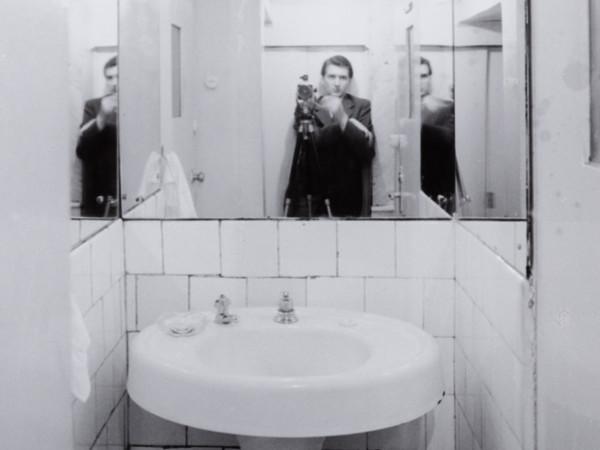Italo Zannier, Autoritratto inevitabile nella toilette del Kärlter Bar (American Bar) di Adolf Loos a Vienna, 1958. Archivio Italo Zannier
