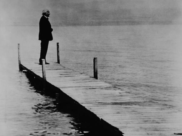 Arturo Toscanini sul molo in riva al mar Morto, 1938