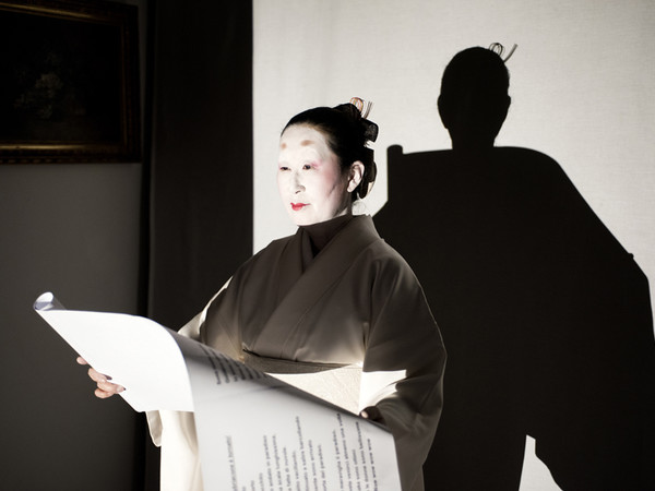 "Yumi Karasumaru, Durante una prova della performance ""The Storyteller, Kataribe 2019 – Make yourself at home"""