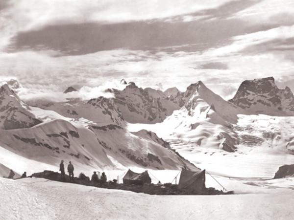 Mario Piacenza, Panorama: dal campo a m 5550 verso il fianco sinistro del ghiacciaio Durung-Drung, 1913. Centro Documentazione Museo Nazionale della Montagna – CAI-Torino