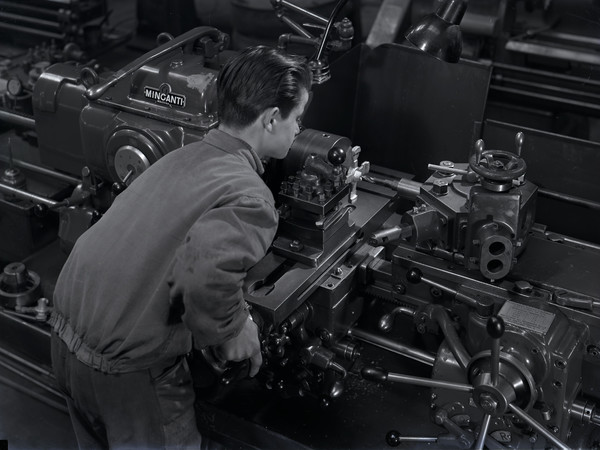 Lavorazione su tornio a revolver Minganti. Archivio fotografico Museo del Patrimonio Industriale