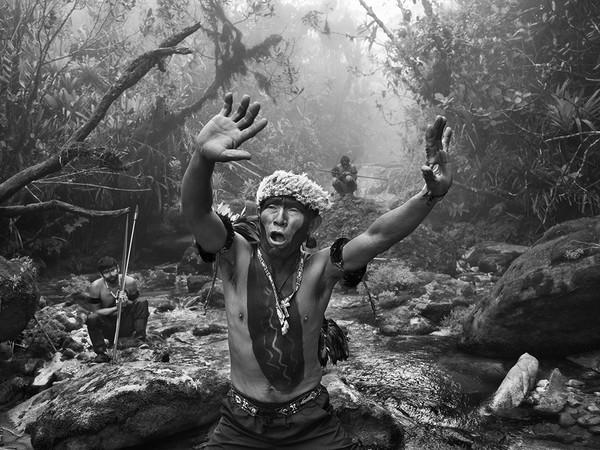 Sebastião Salgado, <em>Sciamano Yanomami dialoga con gli spiriti prima della salita al monte Pico da Neblina</em>. Stato di Amazonas, Brasile, 2014. © Sebastião Salgado/Contrasto