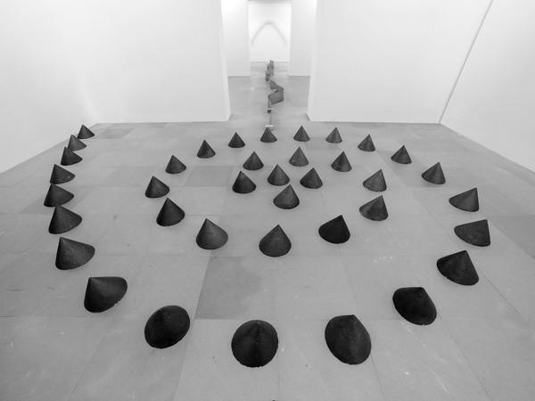 Paolo Icaro, Luogo punti eccentrici, 2007, cemento grafitato, dimensioni ambiente
