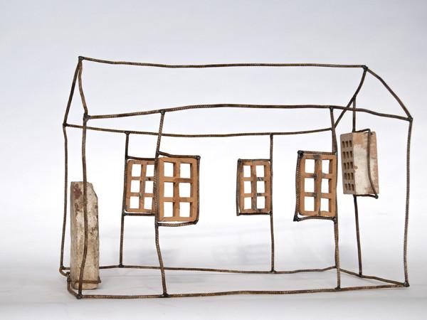 """Tommaso Garavini: """"Questa è una casa che non c'è, è il suo negativo, dove le porte e le finestre sono in realtà impenetrabili,  fatte di muri, e tutto il resto invece non c'è più, se non in un segno infantile che ne traccia la memoria"""""""